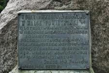 Miękisz Stary – głaz i płyta pamiątkowa, upamiętniająca śmierć polskich lotników we wrześniu 1939 r.